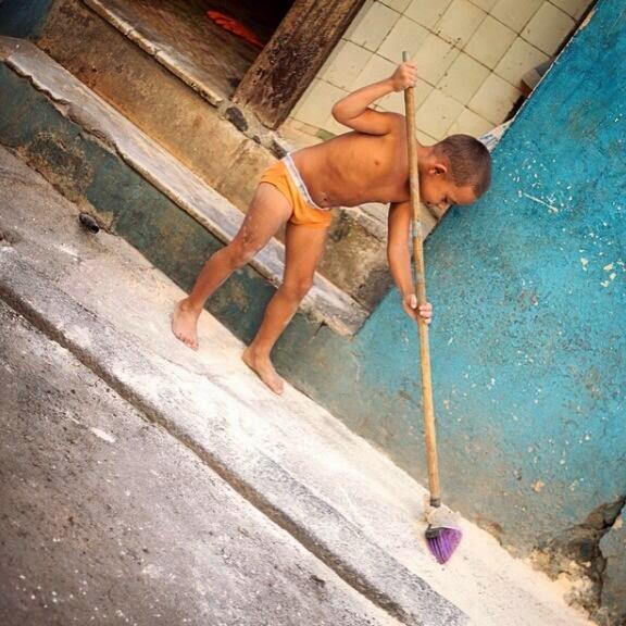 """""""Uma das primeiras promessas de Fidel foi que todas as crianças teriam sapatos. Nem essa ele conseguiu cumprir"""", diz o fotógrafo em seu twitter. Todo dia ele posta fotos de Cuba, então siga ele."""